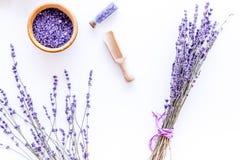 Άλας λουτρών στο βοτανικό καλλυντικό με lavender στην άσπρη τοπ άποψη υποβάθρου γραφείων Στοκ εικόνα με δικαίωμα ελεύθερης χρήσης
