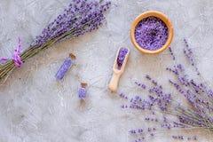 Άλας λουτρών στο βοτανικό καλλυντικό με lavender στο τοπ διάστημα άποψης υποβάθρου γραφείων πετρών για το κείμενο Στοκ Εικόνες