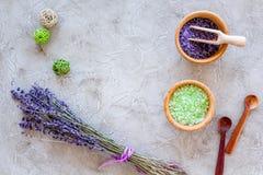 Άλας λουτρών στο βοτανικό καλλυντικό με lavender στο τοπ διάστημα άποψης υποβάθρου γραφείων πετρών για το κείμενο Στοκ Φωτογραφίες