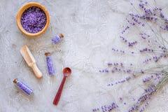 Άλας λουτρών στο βοτανικό καλλυντικό με lavender στο τοπ διάστημα άποψης υποβάθρου γραφείων πετρών για το κείμενο Στοκ Φωτογραφία
