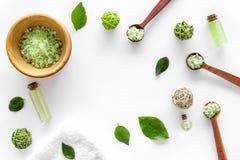 Άλας λουτρών στο βοτανικό καλλυντικό που τίθεται με τα φύλλα ελιών τσαγιού στο άσπρο διάστημα άποψης υποβάθρου τοπ για το κείμενο Στοκ φωτογραφίες με δικαίωμα ελεύθερης χρήσης