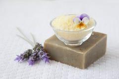 Άλατα λουτρών και οργανικό σαπούνι Στοκ Εικόνες