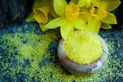 Άλατα λουτρών chamomile ζωηρόχρωμο που απομονώνεται με στοκ φωτογραφίες