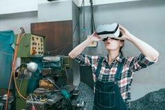 Άλεση επεξεργαμένος τις γυναίκες εργαζόμενος στη μηχανή εργοστασίων επιχείρησης Στοκ Φωτογραφία