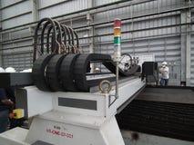 Άλεση εργαζομένων που κόβει τη μεταλλουργική ακρίβεια βιομηχανικό CNC διαδικασίας που επεξεργάζεται το εργοστάσιο μύλων λεπτομέρε στοκ εικόνες