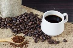Άλεσμα καφέ στο ξύλινο κουτάλι sackcloth με το υπόβαθρο φασολιών καφέ διάστημα αντιγράφων στοκ εικόνες με δικαίωμα ελεύθερης χρήσης