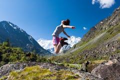 Άλματα γυναικών στον ουρανό - υψηλό στα βουνά Altai Στοκ εικόνα με δικαίωμα ελεύθερης χρήσης