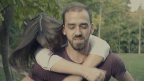 Άλματα κοριτσιών στα όπλα φίλων της απόθεμα βίντεο