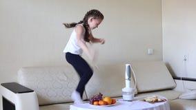 Άλματα παιδιών στον καναπέ με τη χαρά απόθεμα βίντεο