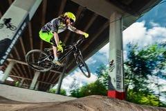 Άλμα και μύγα σε ένα ποδήλατο βουνών Στοκ Εικόνες