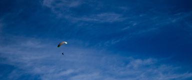 Άλμα και πτήση αλεξίπτωτων από το έδαφος στοκ φωτογραφία