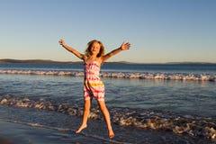 άλμα κοριτσιών παραλιών Στοκ εικόνα με δικαίωμα ελεύθερης χρήσης