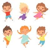 άλμα παιδιών Χαριτωμένα έκπληκτα παίζοντας τρελλά ευτυχή αρσενικά και θηλυκά αγόρια παιδιών και διανυσματικοί χαρακτήρες κινουμέν απεικόνιση αποθεμάτων