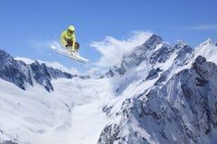 Άλμα σκιέρ στα βουνά Ακραίος αθλητισμός σκι Freeride Στοκ φωτογραφία με δικαίωμα ελεύθερης χρήσης