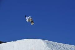 άλμα του χιονιού κεκλιμέ&n Στοκ Εικόνα