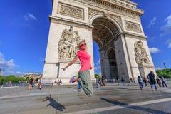 Άλμα Arc de Triomphe Στοκ Εικόνες