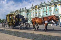 Άλογα με μια μεταφορά στο τετράγωνο παλατιών πετώντας εστιατόριο Ρωσία Άγιος Paul Peter Πετρούπολη φρουρίων Ολλανδού 17 Αυγούστου Στοκ φωτογραφία με δικαίωμα ελεύθερης χρήσης