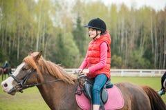 Άλογο και καλό κορίτσι - καλύτεροι φίλοι στοκ εικόνα με δικαίωμα ελεύθερης χρήσης
