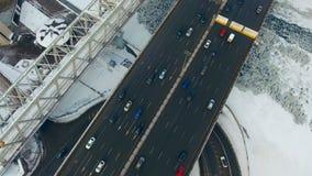 Άμεσα ανωτέρω - αυτοκίνητα που κινούνται σε έναν δρόμο, γέφυρα το χειμώνα Τοπ άποψη από τον κηφήνα απόθεμα βίντεο