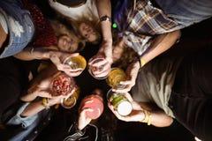 Άμεσα κάτω από τον πυροβολισμό των φίλων που κρατούν τα ποτά στοκ εικόνες