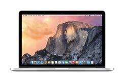 Άμεσα μπροστινή άποψη της Apple αμφιβληστροειδής του MacBook Pro 15 ίντσας με το OS Στοκ Εικόνες