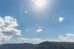 Άμεσο φως του ήλιου στα μπλε βουνά στο Σίδνεϊ, Αυστραλία Νεφελώδεις μπλε ουρανός και σκιές Στοκ Εικόνες