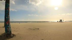 Άμμοι που φυσούν τη θυελλώδη ημέρα στην παραλία της Βενετίας, Καλιφόρνια απόθεμα βίντεο