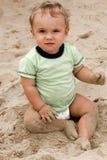 άμμος αγοριών παραλιών μωρώ&nu Στοκ Φωτογραφία