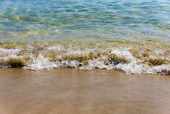 Άμμος θάλασσας και ένα μικρό κύμα Στοκ φωτογραφία με δικαίωμα ελεύθερης χρήσης