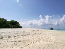 Άμμος, θάλασσα και ουρανός Στοκ Εικόνα