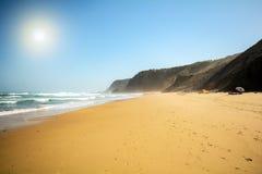 Άμμος και θάλασσα στο κρυμμένο DOS Homens παραλιών Praia do Vale κοντά σε Aljezur, Αλγκάρβε Στοκ φωτογραφία με δικαίωμα ελεύθερης χρήσης