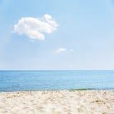 Άμμος και θάλασσα κάτω από το σύννεφο στο μπλε ουρανό Στοκ Φωτογραφίες