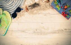 Άμμος και κοχύλια και καπέλο στο ξύλινο πάτωμα, θερινή έννοια διανυσματική απεικόνιση