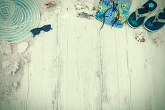Άμμος και κοχύλια και καπέλο στο ξύλινο πάτωμα της θερινής έννοιας yelow απεικόνιση αποθεμάτων