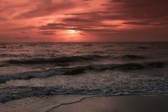 Άμμος και παραλία με το ηλιοβασίλεμα Στοκ Φωτογραφία