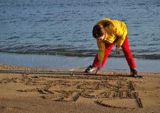 άμμος κοριτσιών σχεδίων παραλιών Στοκ Φωτογραφίες