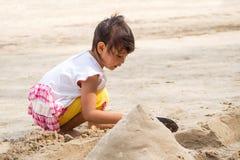 Άμμος παιχνιδιού κοριτσιών στοκ εικόνα