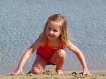 άμμος παιχνιδιού κοριτσιώ& Στοκ Φωτογραφίες