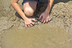 Άμμος παιχνιδιού αγοριών στην παραλία Στοκ Εικόνα
