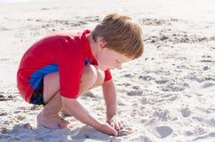 άμμος παιχνιδιού αγοριών Στοκ εικόνα με δικαίωμα ελεύθερης χρήσης