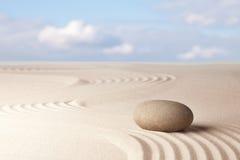 Άμμος περισυλλογής zen και κήπος πετρών Στοκ φωτογραφία με δικαίωμα ελεύθερης χρήσης