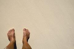 άμμος ποδιών παραλιών που μ& Στοκ Εικόνες