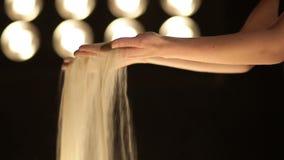Άμμος που ανατρέπει από τη θηλυκή κινηματογράφηση σε πρώτο πλάνο χεριών απόθεμα βίντεο