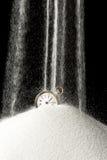 Άμμος που αφορά το ρολόι στοκ φωτογραφία με δικαίωμα ελεύθερης χρήσης