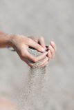 Άμμος στα χέρια Στοκ φωτογραφία με δικαίωμα ελεύθερης χρήσης