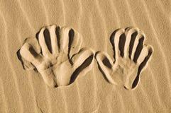 άμμος τυπωμένων υλών χεριών στοκ φωτογραφία με δικαίωμα ελεύθερης χρήσης