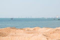 Άμμος seaview και πόλη στο υπόβαθρο στοκ εικόνα με δικαίωμα ελεύθερης χρήσης