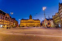 Άμστερνταμ, Κάτω Χώρες - 10 Ιουλίου 2015: Το απίστευτο βασιλικό παλάτι όπως βλέπει απέναντι από το τετράγωνο φραγμάτων σε έναν όμ Στοκ Φωτογραφίες