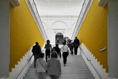 Άμστερνταμ, Κάτω Χώρες - 6 Μαΐου 2015: Οι άνθρωποι επισκέπτονται Stedelijk Musem στο Άμστερνταμ Στοκ φωτογραφία με δικαίωμα ελεύθερης χρήσης