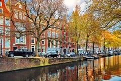 Άμστερνταμ Κάτω Χώρες Οδός κατά μήκος του καναλιού στοκ φωτογραφίες